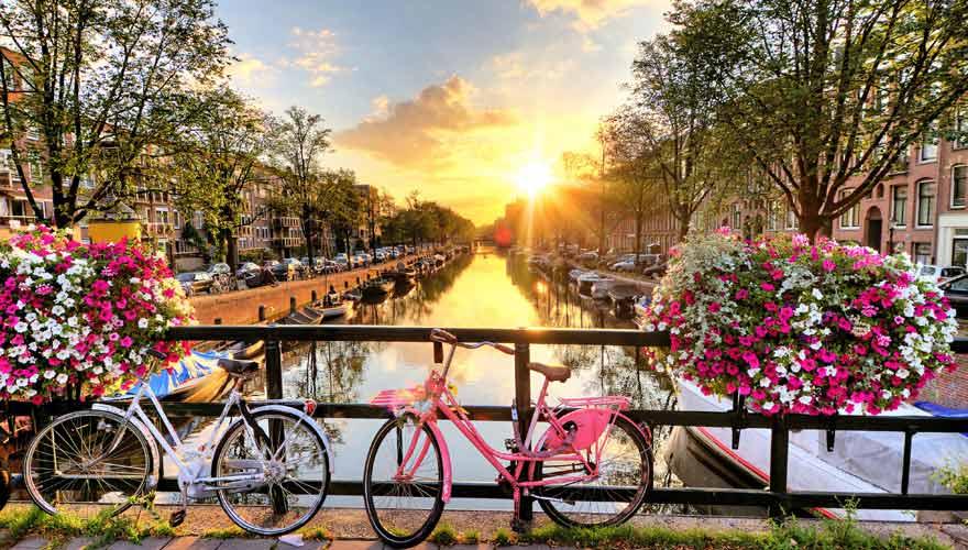 Gracht mit Fahrrad in Amsterdam