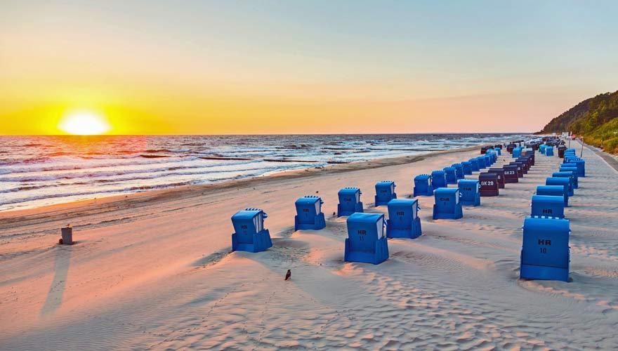 Strandkörbe im Sonnenuntergang am Strand von Koserow auf Usedom