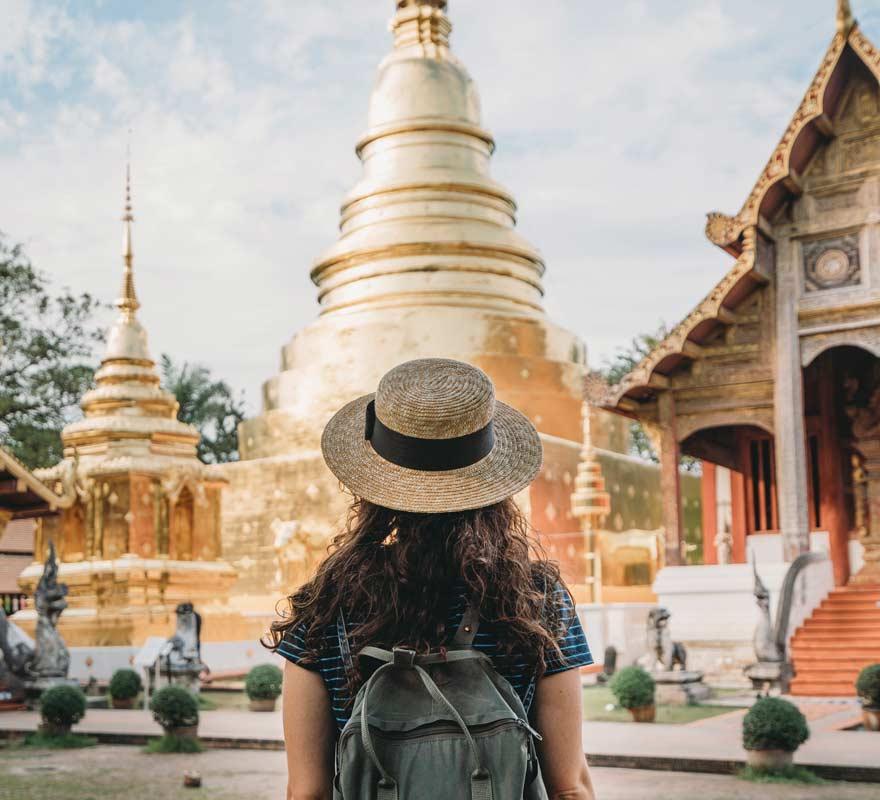 Frau vor Wat Phra Sing Tempel in Chiang Mai