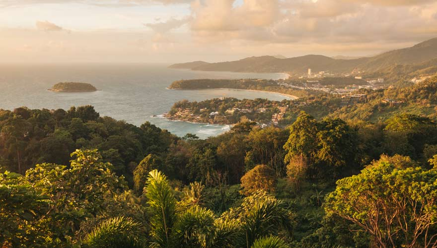 Aussicht auf die drei Buchten vom Karon Viewpoint auf Phuket