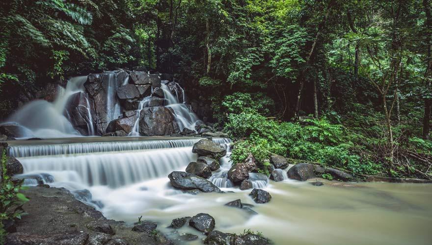 Naturbecken des Kathu Wasserfalls auf Phuket