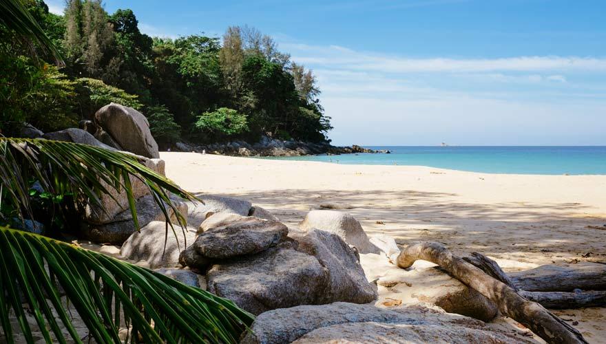 Der berühmte Nai Thon Beach im Sirinat Nationalpark auf Phuket