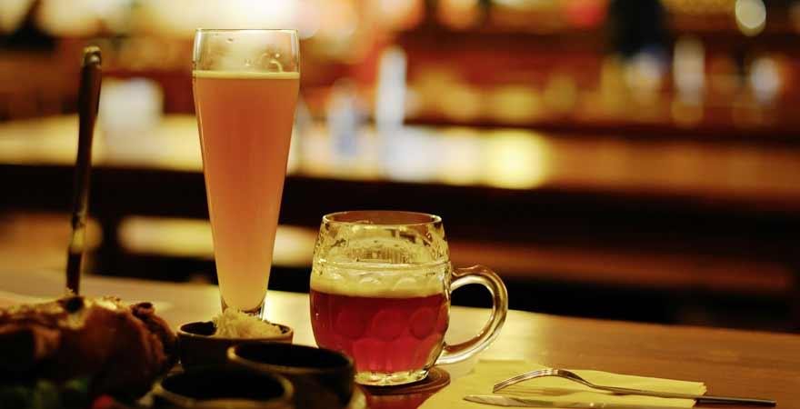 Bier und Essen im Wirtshaus