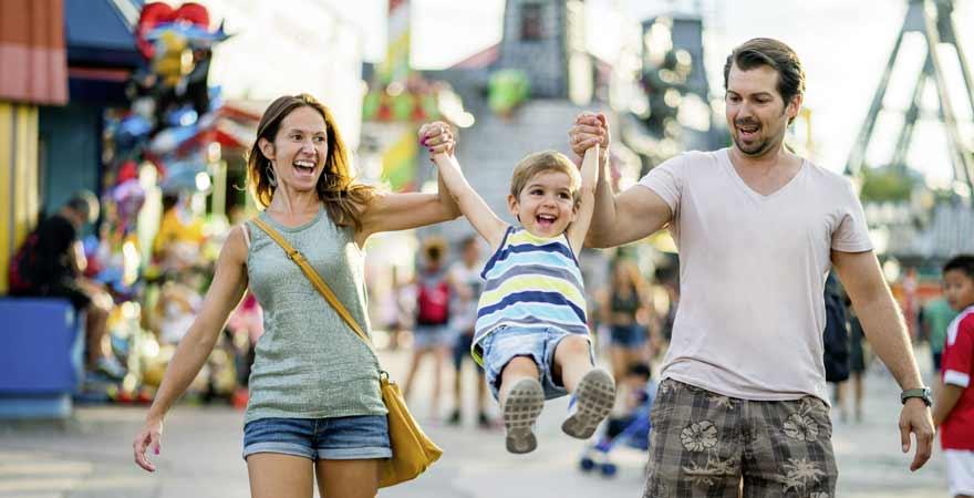 Eltern mit Kind im Freizeitpark