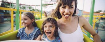 Frau mit Kindern im Freizeitpark