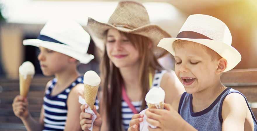 Kinder beim Eis essen