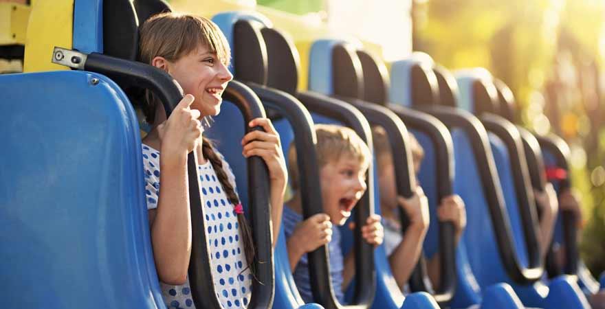 Kinder im Freizeitpark