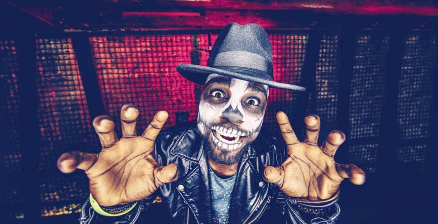 Mann in Halloween Kostüm