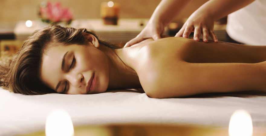 Frau bei Massage und Wellness