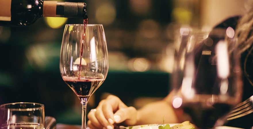 Wein und Essen im Restaurant
