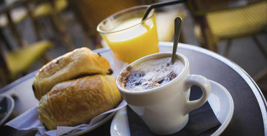 Kaffe und Croissant im Cafe