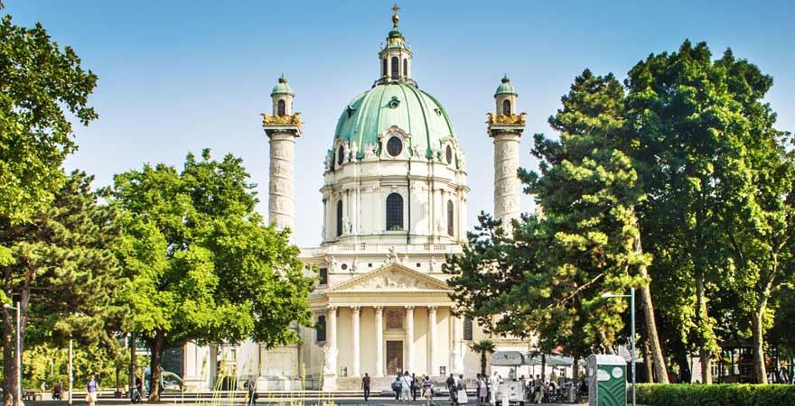 Karlskirche am Karlsplatz in Wien