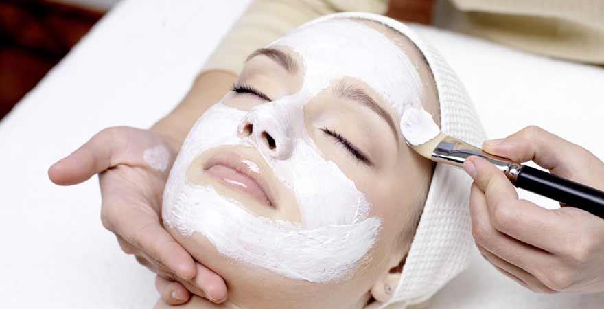 Frau mit Maske beim Wellness