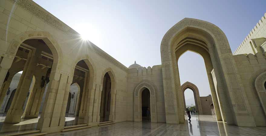 Innenhof der Sultan Qabus Moschee in Maskat