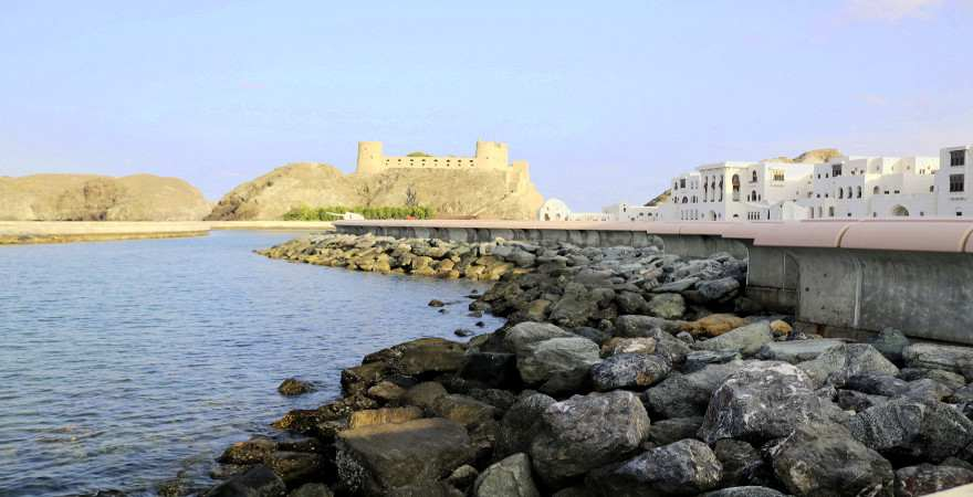 Blick vom Meer zum Fort Jalali
