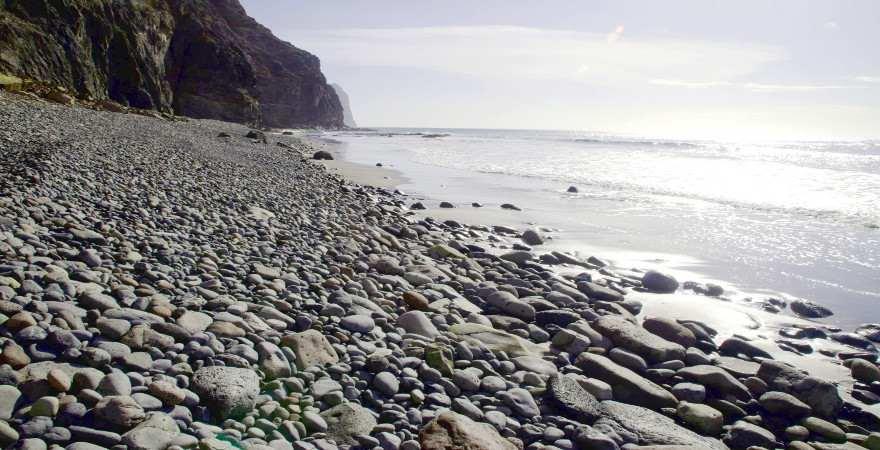 Steiniger Strand unterhalb einer Klippe