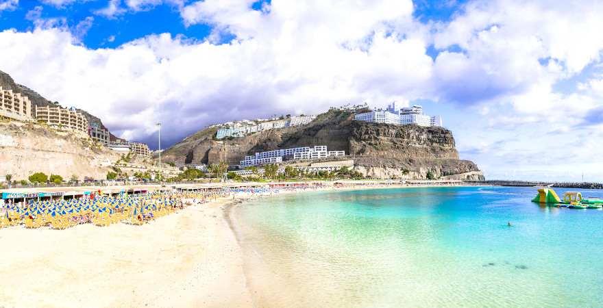 Schöner Sandstrand umrahmt von Klippen auf Gran Canaria