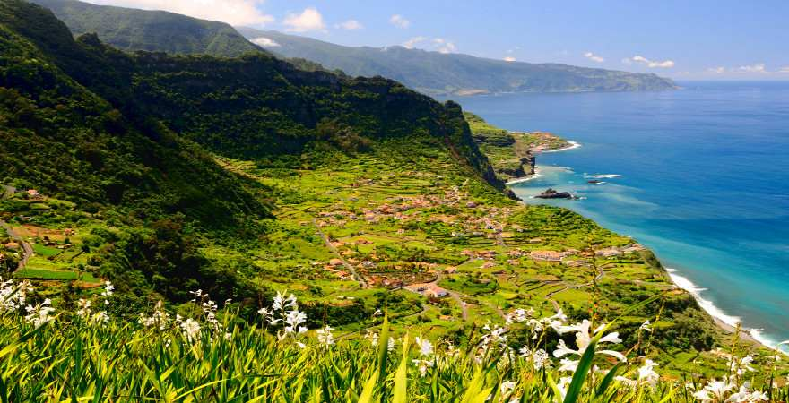 Grüne Berge reichen an Madeiras Nordküste bis ans Meer
