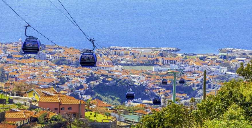 Die Seilbahn schwebt über Funchal auf Madeira