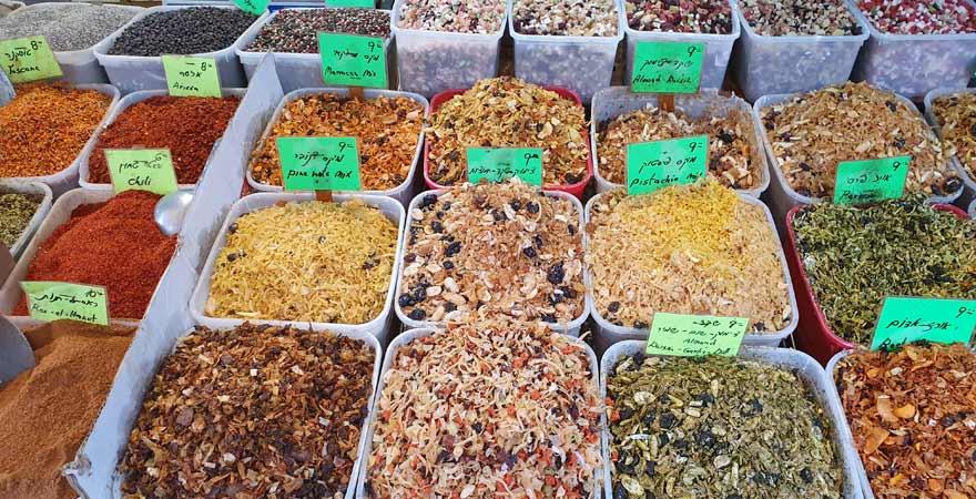 Gewürze auf einem israelischen Markt