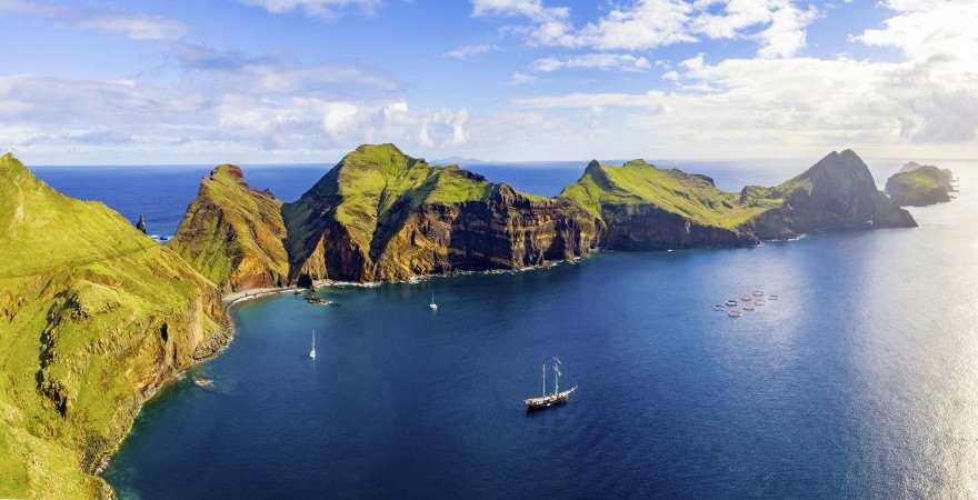 Eine langezogene Halbinsel erstreckt sich an der Ponta de Sao Lourenco ins Meer vor Madeira