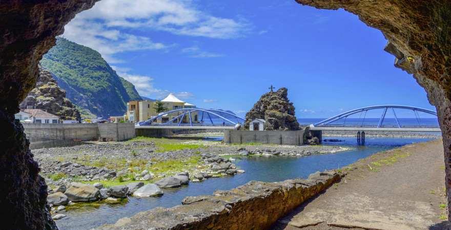 Blick aus einer Höhle in Sao Vicente auf MAdeira auf eine kleine Kapelle