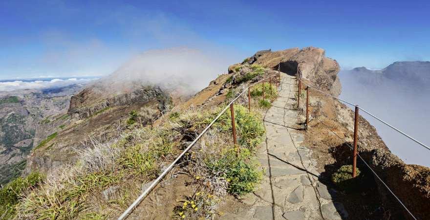 Ein gepflasterter Weg fürht zum Gipfel des Pico Ruivo auf MAdeira