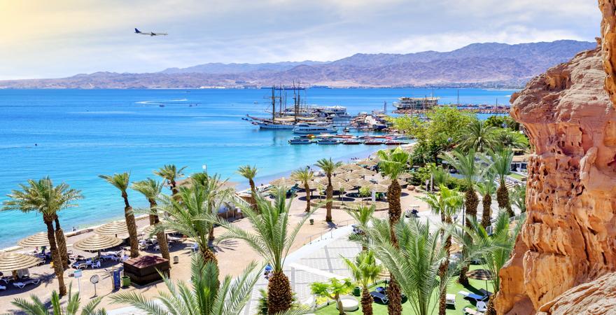 Eilat in Israel befindet sich am Roten Meer und ist von Palmen und Strand sowie Bergen gesäumt
