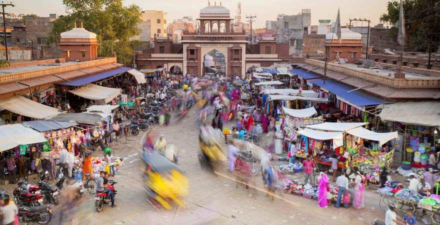 Abendstimmung auf einer belebten Straße in Jodhpur, Indien