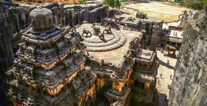 Ein ganze Tempelstadt, die in an den Ellora Caves aus dem Fels gehauen wurde