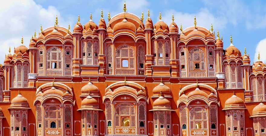 Die rote Fassade des Palasts der Winde in Jaipur ist reich verziert