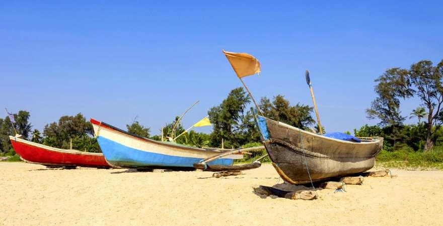 einsamer Strand in Goa mit Fischerbooten