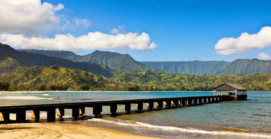 Ein langes Pier erstreckt sich in die Hanalei Bucht auf Kauai, Hawaii