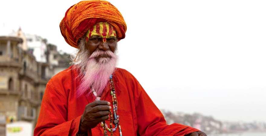 Ein indischer Pilger in traditioneller Kleidung