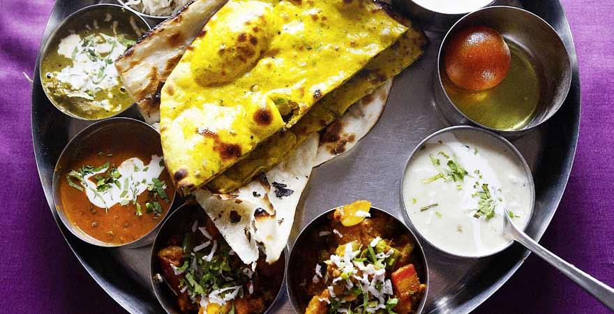 Eine leckere Mahlzeit aus verschiedenen Gericht ist Thali