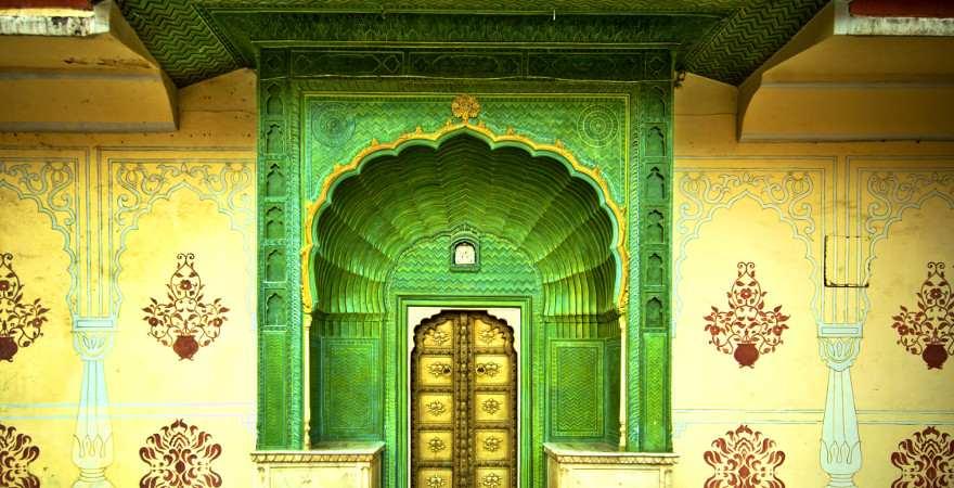 Ein bunt bemalter Innenhof eines Palastes in Jaipur, Indien