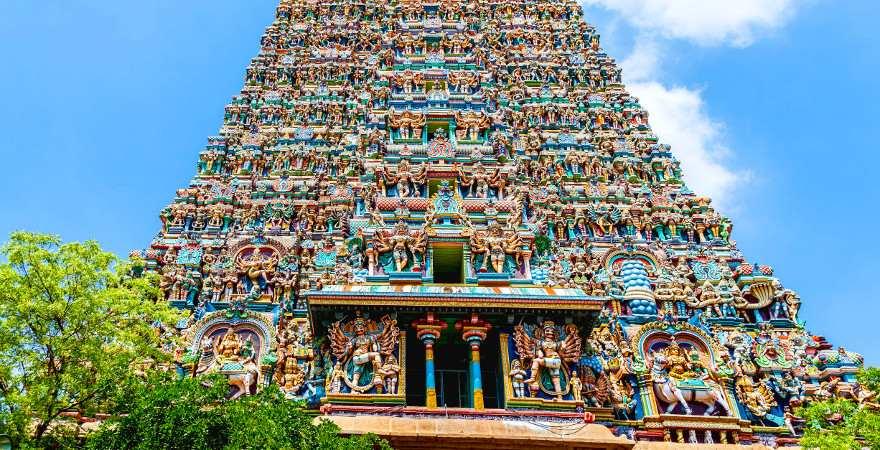 Die Tempel der Hindus sind sehr bunt, wie der Meenakshi Tempel in Madurai, Indien