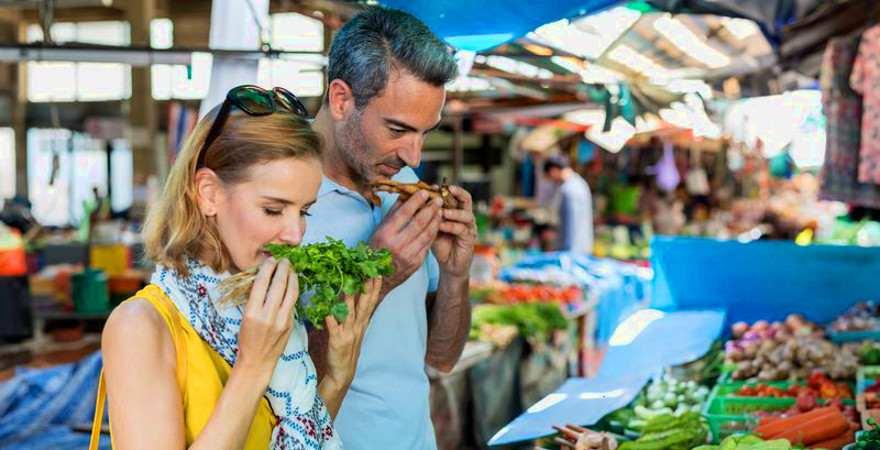 Ein Pärchen an einem Marktstand in Thailand