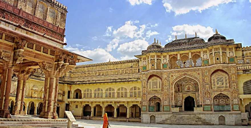 prächtig dekorierter Innenhofeines Palaste in Jaipur, Indien