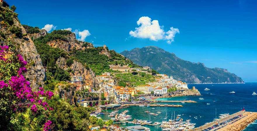 Traumhafter Panoramablick über die Amalfiküste in Italien