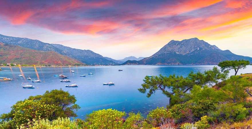 Sonnenuntergang in dramatischen Farben in einer Bucht bei Kemer, Türkei