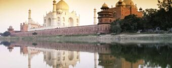 Das Taj Mahal spiegelt sich im See