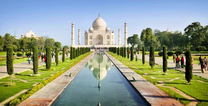 Das Taj Mahal in einem Park mit Wasserkanal in Indien