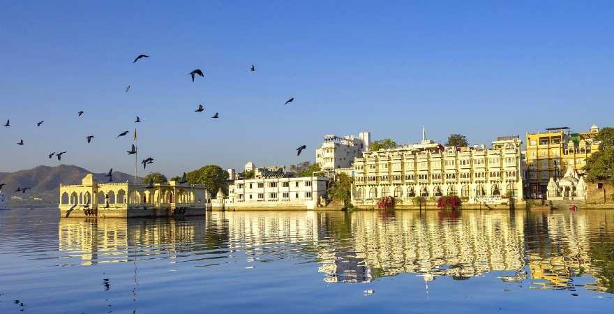 hsisorische Häuser am Seeufer in Udaipur, Indien speigeln sich im Wasser