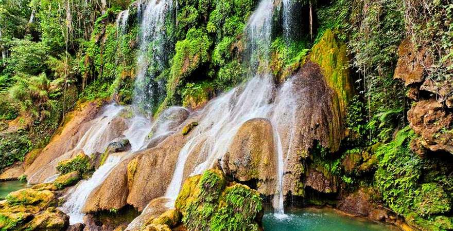 tosender wasserfall im tropischen Regenwald auf Kuba