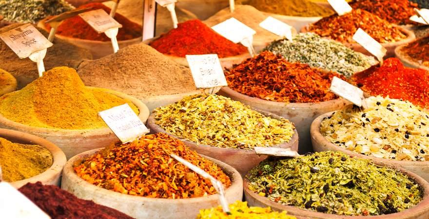 """Auf dem Markt """"Carmel Market"""" in Tel Aviv Israel werden bunte Gewürze verkauft"""