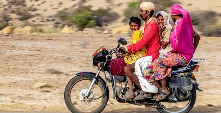 Eine Familie in Indien fährt auf dem Motorrad