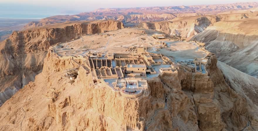Die Masada ist eine Ausgrabungsstätte auf einem Plateau in den Bergen in Israel über der Wüste