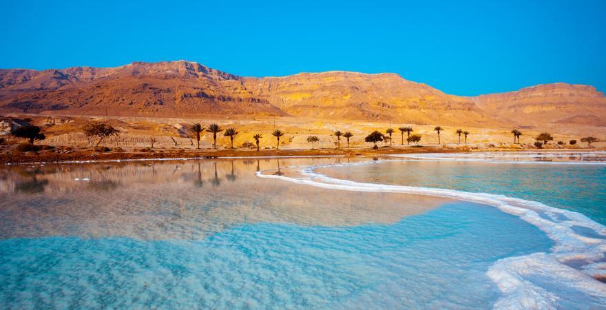 Israels Landschaft besteht aus Wüste, Palmen, Bergen und dem Meer