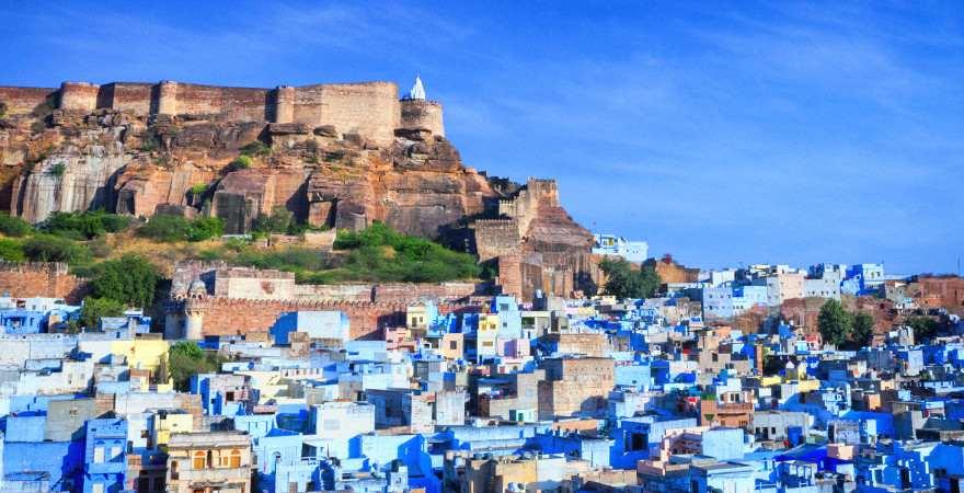 Zu Füßen eines mittelalterlichen Forts liegt die blaue Stadt von Jodhpur in Indien